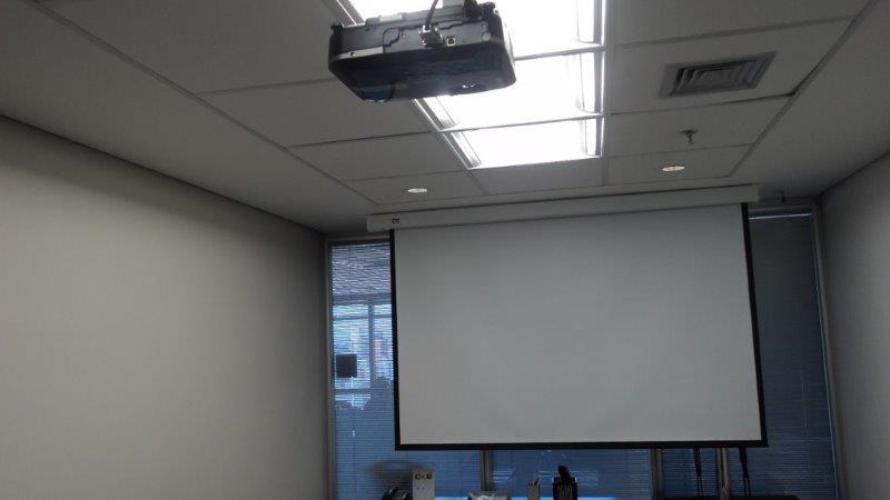Instalação de tela de projeção